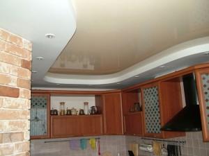 натяжные потолки на кухне